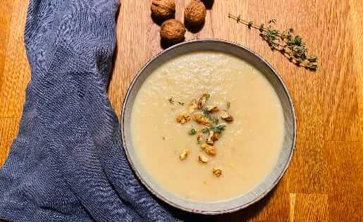Sellerie-Birnen-Suppe mit gerösteten Walnusskernen